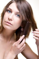 foto donna con cute grassa e punte dei capelli secchi. Cosa fare e come rimediare